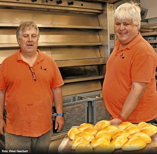 Dorfbäckerei Ackermann Saarland - Albrecht und Reinhard Ackermann vor dem Ofen bei der Arbeit